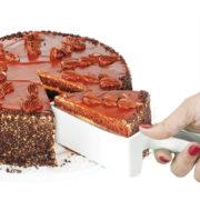 Fatiador de bolos branco triangular com bolo