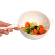 Escorredor pequeno branco com legumes