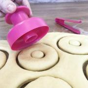 Cortando a massa donuts rosa novo